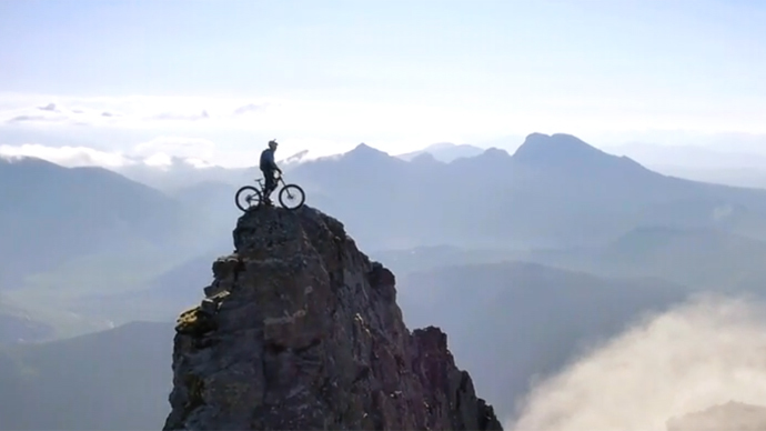Breathtaking & viral: Death-defying bike ride on Scottish ridge scores over 3mn views (VIDEO)