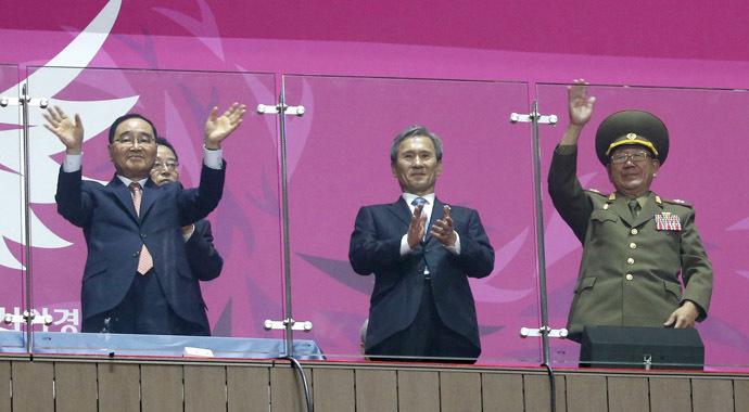 South Korea's Prime Minister Jung Hong-won (L), former South Korean minister for national defense Kim Kwan-jin (C) and North Korea's Hwang Pyong So (R), October 4, 2014. (Reuters/Jason Reed)