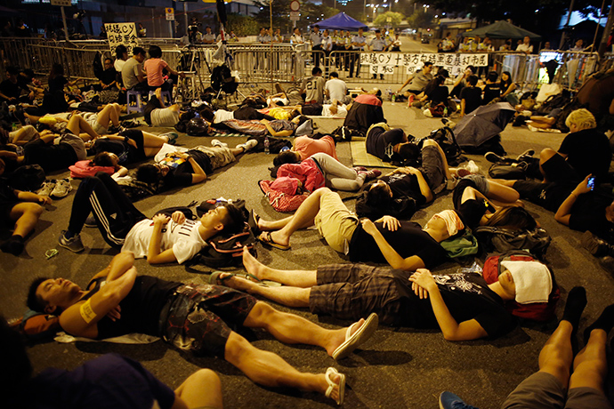 Protesters sleep as they block the entrance of Hong Kong Chief Executive Leung Chun-ying's offices next to the government headquarters building in Hong Kong October 5, 2014 (Reuters / Carlos Barria)