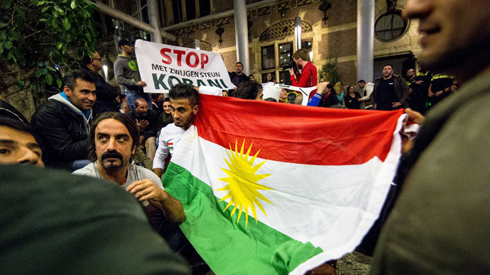 Kurdish demonstrators stage a spontaneous protest in the hall of the Parliament building in The Hague, waving the Kurdish flag, on October 6, 2014.(AFP Photo / Valerie Kuypers)