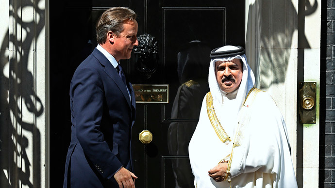 Britain's Prime Minister David Cameron (L) greets Bahrain's King Hamad bin Isa Al Khalifa at Number 10 Downing Street in London (Reuters / Suzanne Plunkett)