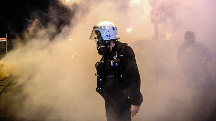 A Turkish riot police officer stands on October 7, 2014 in Istanbul as Kurdish demonstrators protest against attacks launched by Islamic State insurgents targeting the Syrian city of Kobane and lack of action by the government.(AFP Photo / Ozan Kose)