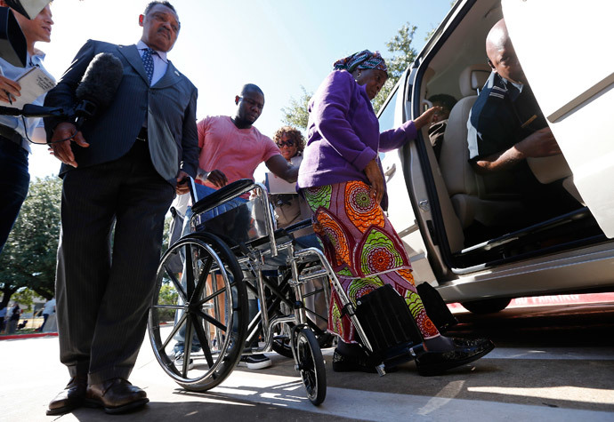 Nowai Korkoyah, the mother of Thomas Eric Duncan, the first patient diagnosed with Ebola on U.S. soil, gets out of a wheelchair after a news conference with Reverend Jesse Jackson (L) in Dallas, Texas October 7, 2014.(Reuters / Jim Young)