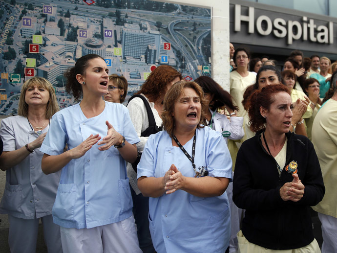 Health workers attend a protest outside La Paz Hospital calling for Spain's Health Minister Ana Mato to resign after a Spanish nurse contracted Ebola, in Madrid, October 7, 2014. (Reuters/Andrea Comas)