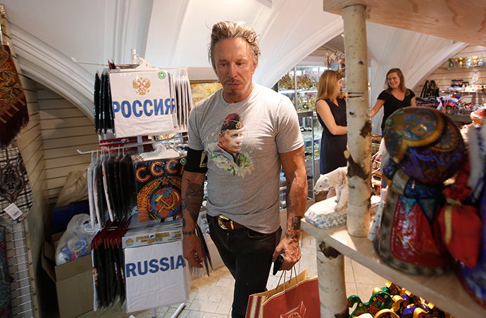 Actor Mickey Rourke wears a T-shirt with an image depicting Russia's President Vladimir Putin, as he visits a souvenir shop at GUM department store in central Moscow, August 11, 2014 (Reuters / Maxim Zmeyev)