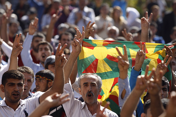Kurdish demonstrators shout slogans as Selahattin Demirtas, co-chair of the HDP, Turkey's leading Kurdish party, addresses them in Diyarbakir October 9, 2014 (Reuters / Osman Orsal)