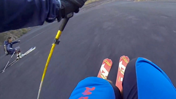 ​Skiing over cold lava: Italian thrill seekers zoom down Mt Etna (VIDEO)