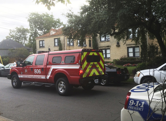 Emergency vehicles are at the apartment of a health worker who has tested positive for Ebola in Dallas, Texas, October 12, 2014. (Reuters/Lisa Maria Garza)