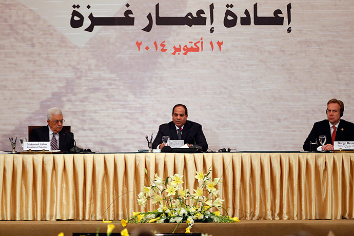 (L-R) Palestinian President Mahmoud Abbas, Egyptian President Abdel Fattah al-Sisi and Norway's Foreign Minister Borge Brende attend a Gaza reconstruction conference in Cairo October 12, 2014 (Reuters / Mohamed Abd El Ghany)