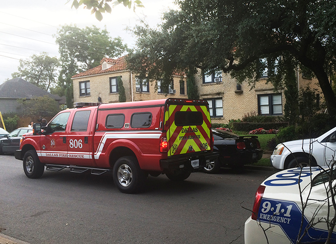 Emergency vehicles are at the apartment of a health worker who has tested positive for Ebola in Dallas, Texas, October 12, 2014 (Reuters / Lisa Maria Garza)