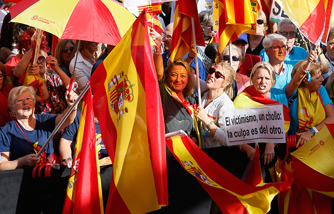 Spanish Unionists demonstrate during a rally at Catalunya square on Spain's National Day in Barcelona October 12, 2014 (Reuters / Albert Gea)