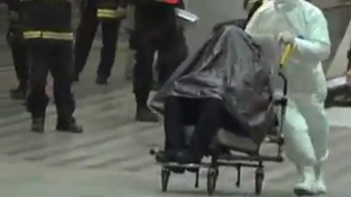 ​Suspected Ebola carrier wrapped in plastic after Czech police seal off rail station (VIDEO)