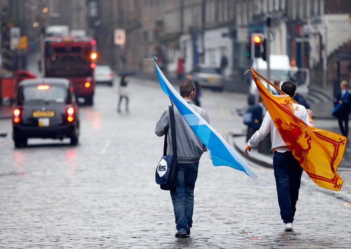 "Two supporters from the ""Yes"" Campaign walk back home in Edinburgh, Scotland September 19, 2014.(Reuters / Russell Cheyne)"