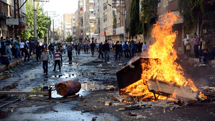 Kurdish protesters set fire to a barricade set up to block the street as they clash with riot police in Diyarbakir October 7, 2014.(Reuters / Stringer)