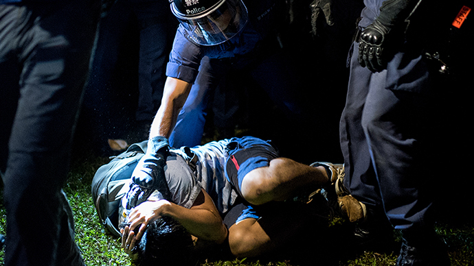Hong Kong police officers beat protester, use pepper spray, arrest dozens (VIDEO)