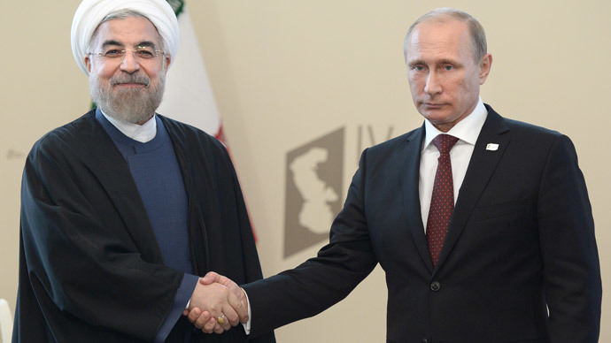 Iranian President Hassan Rouhani (L) shakes hands with his Russian counterpart Vladimir Putin.(AFP Photo / Alexey Nikolsky)