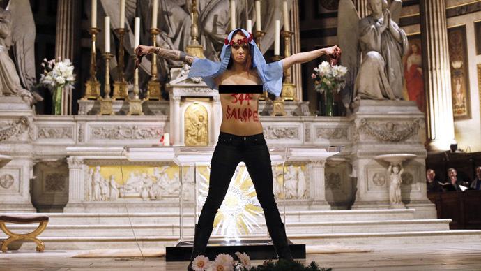 Topless FEMEN runs wild in Paris, cop rams into wall failing to catch activist (VIDEO)