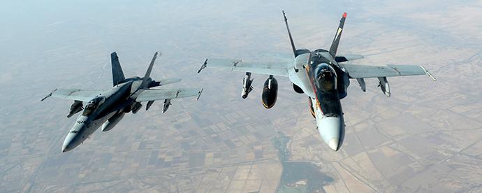 Jatos US Navy F-18E Super Hornet deixar para apoiar as operações militares contra ISIL depois de receber o combustível de um KC-135 Stratotanker sobre o Iraque, 04 de outubro de 2014 (Reuters / USAF)