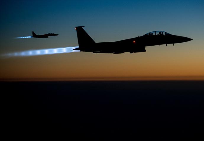Um par de US Air Force F-15E Greve Eagles voar sobre o norte do Iraque após a realização de ataques aéreos na Síria, nesta apostila foto Força Aérea dos EUA tomada no início da manhã de 23 de setembro de 2014 (Reuters / HO)