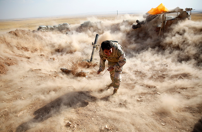 A Kurdish Peshmerga fighter launches mortar shells (Reuters / Ahmed Jadallah)