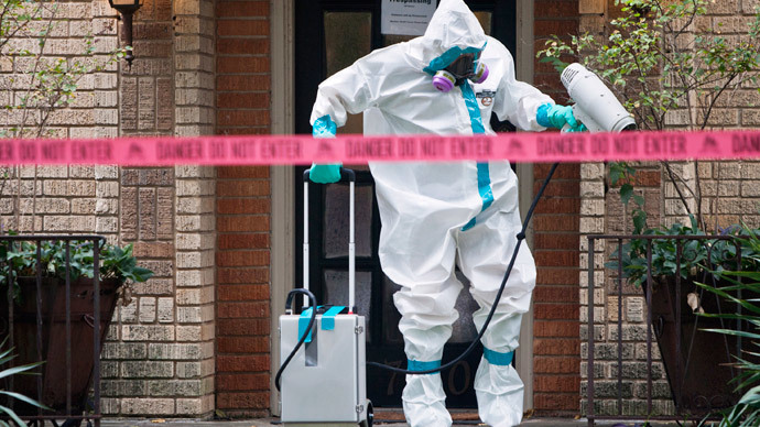 A member of the CG Environmental HazMat team disinfects the entrance to the residence of a health worker at the Texas Health Presbyterian Hospital who has contracted Ebola in Dallas, Texas, October 12, 2014.(Reuters / Jaime R. Carrero)