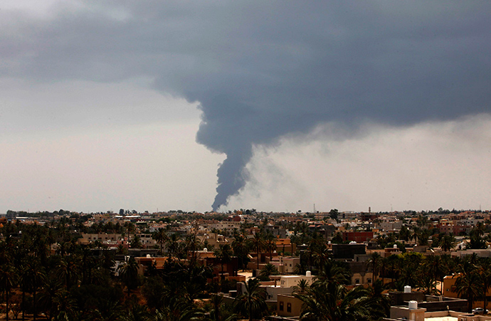ARCHIVE PHOTO: Plumes of smoke rise in the sky after a rocket hit a fuel storage tank near the airport road in Tripoli, during clashes between rival militias July 28, 2014 (Reuters / Ismail Zitouny)