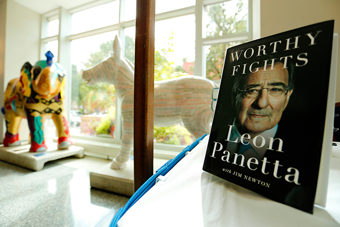 Opposing statues of the emblems of the two major U.S. political parties, an elephant and a donkey, sit near a display of former Secretary of Defense Leon Panetta's new book 'Worthy Fights' at George Washington University, where Panetta was discussing the book, in Washington October 14, 2014 (Reuters / Jonathan Ernst)