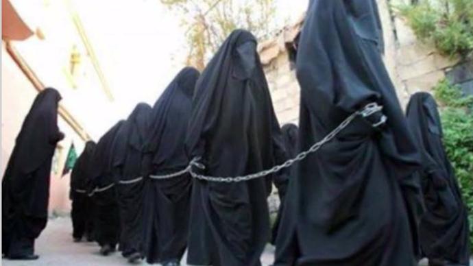 Εκατοντάδες Yazidi νεαρές γυναίκες και έφηβες υποδουλώθηκαν ISIS (Still από RT βίντεο)