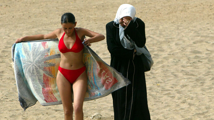 Right-wingers in Italy protest Muslim women's swimming course