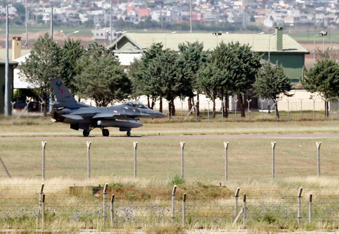 A Turkish F-16 fighter jet prepares for take of from Incirlik airbase in the southern Turkish city of Adana (Reuters / Umit Bektas)