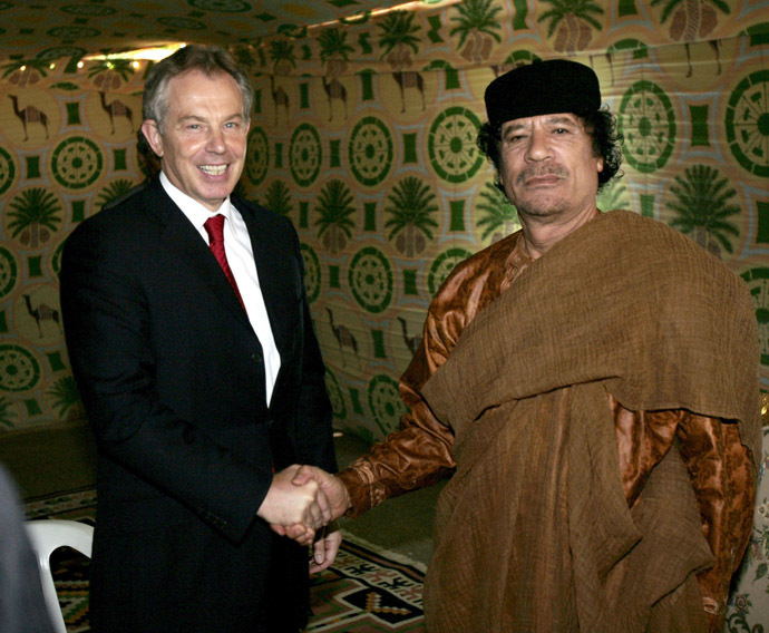 Britain's Prime Minister Tony Blair (L) shakes hands with Libyan leader Muammar Gaddafi. (Reuters/Leon Neal)