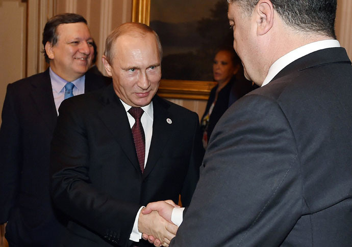 Russia's President Vladimir Putin (C) shakes hands with Ukraine's President Petro Poroshenko before their meeting with European leaders on Ukraine's crisis, on October 17, 2014 on the sidelines of the 10th ASEM summit in Milan. (AFP Photo/Daniel Dal Zennaro)