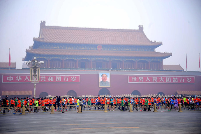 Runners take part in the 34th Beijing International Marathon which began at Tiananmen Square in Beijing on October 19, 2014. (AFP Photo/China Out)