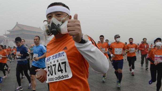 Smog marathon: Beijing runners put on masks for foggy race