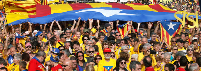 "People hold a giant ""Estelada"" (Catalonian separatist flag) flag during a Catalan pro-independence demonstration at Catalunya square in Barcelona October 19, 2014.(Reuters / Albert Gea)"