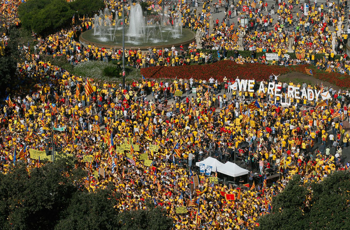 Catalan pro-independence demonstrators attend a rally at Catalunya square in Barcelona October 19, 2014. (Reuters / Albert Gea)