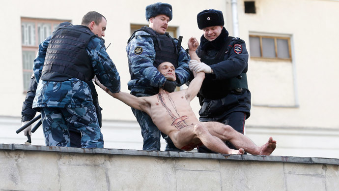 Naked protest artist cuts earlobe off on roof of psychiatric clinic