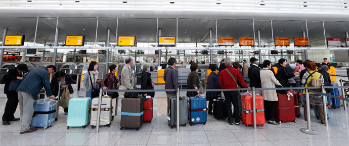 Passengers await their check-in for German airline Lufthansa at Munich airport October 20, 2014. (Reuters / Michaela Rehle)