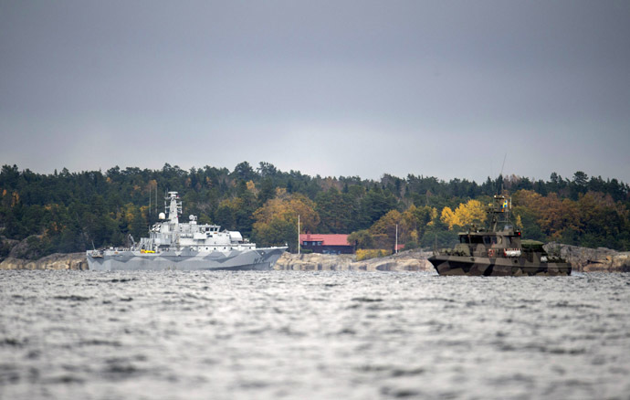 The Swedish minesweeper HMS Kullen and a guard boat in Namdo Bay on their fifth day of searching for a suspected foreign vessel in the Stockholm archipelago on October 21, 2014. (AFP Photo/Fredrik Sandberg)