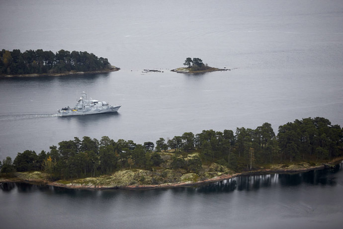 Swedish minesweeper HMS Koster patrols the waters of the Stockholm archipelago, October 19, 2014. (Reuters/Marko Saavala)