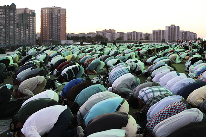 Believers during the republican iftar, devoted to the month of Ramadan in Kazan (RIA Novosti / Roman Antonov)