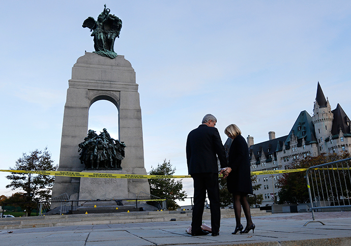 Prime Minister Stephen Harper and his wife Laureen Harper pay their respects to Cpl. Nathan Cirillo at the Canada War Memorial in Ottawa October 23, 2014. (Reuters / Chris Wattie)