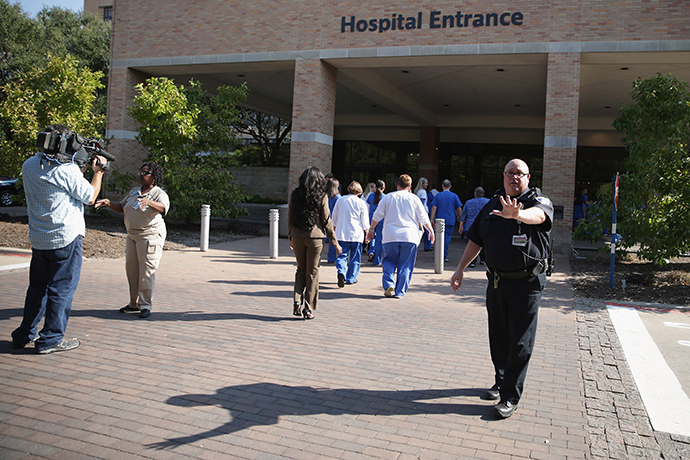 Security guards keep journalists away from the entrance of Texas Health Presbyterian Hospital (Chip Somodevilla / Getty Images / AFP)