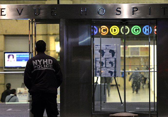 A New York City Department of Health and Hospitals Police (NYHP) officer walks past the entrance to Bellevue Hospital October 23, 2014 (AFP Photo / Timothy A. Clary)