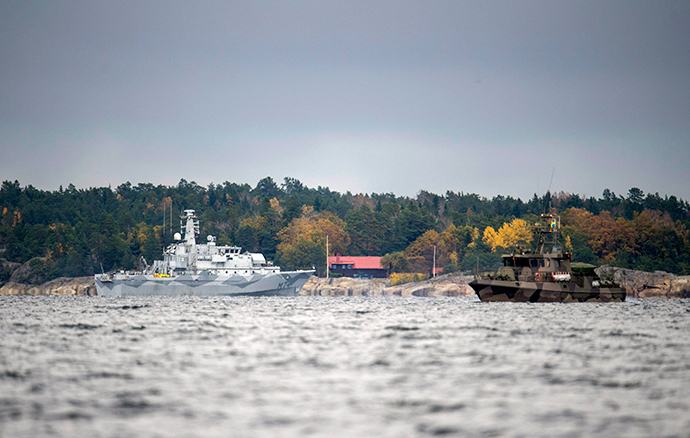 """The Swedish minesweeper HMS Kullen and a guard boat are seen in the search for suspected """"foreign underwater activity"""" at Namdo Bay, Stockholm October 21, 2014 (Reuters / Fredrik Sandberg)"""