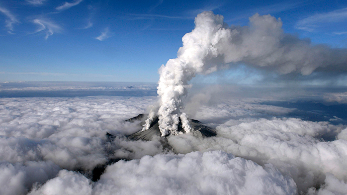 Volcanic smoke rises from Mount Ontake, which straddles Nagano and Gifu prefectures, central Japan, September 27, 2014 (Reuters / Kyodo)