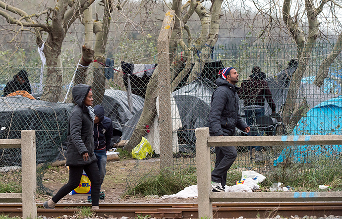 Migrants walk near their camp in Calais on October 23, 2014 (AFP Photo / Philippe Huguen)