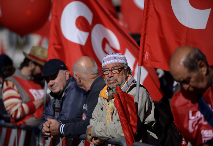 People stand in San Giovanni square during a demonstration organised by Italian General Confederation of Labour (CGIL) union on October 25, 2014 in central Rome.(AFP Photo / Filippo Monteforte)
