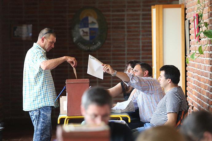 A man votes during the Uruguayan general elections in Colorado, Canelones, Uruguay on October 26, 2014. (AFP Photo/Pablo Bielli)