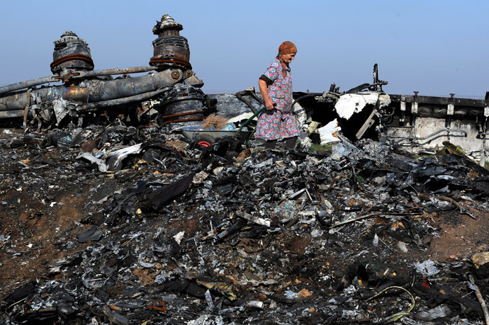 Nadezhda, a 76 year-old woman, walks on October 15, 2014 among the wreckage of Malaysia Airlines flight MH17, near the village of Rassipnoe. (AFP Photo)